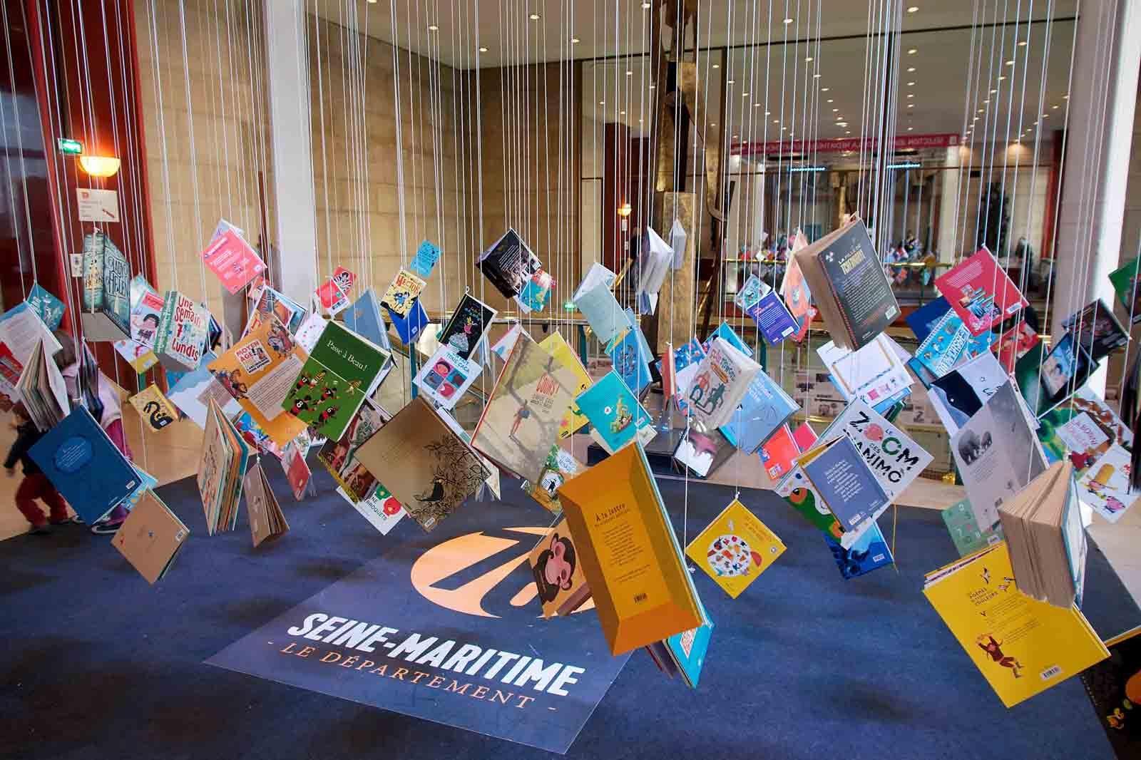 livres-suspendus-festival-du-livre-de-jeunesse-de-rouen.jpg