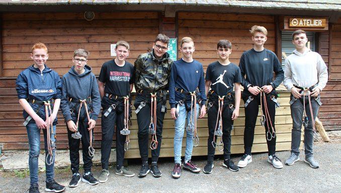 Les garçons du groupe allemand fin prêts pour l'activité Accrobranches.